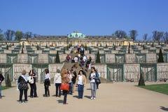 απόλαυση των τουριστών sanssouci του Πότσνταμ παλατιών στοκ φωτογραφίες