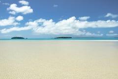 Απόλυτο σαφές νερό, βαθύς μπλε ουρανός, άσπρη άμμος, τέλεια νησιά στο Ειρηνικό Ωκεανό Στοκ φωτογραφία με δικαίωμα ελεύθερης χρήσης