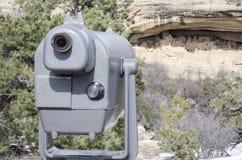 Απόμακρος ανιχνευτής άποψης στις κατοικίες απότομων βράχων Mesa Verde στοκ εικόνα με δικαίωμα ελεύθερης χρήσης