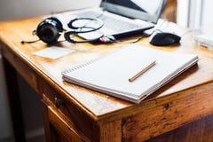 Απόμακρος εκλεκτής ποιότητας πίνακας ποντικιών ακουστικών lap-top εργασίας στοκ φωτογραφίες