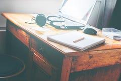 Απόμακρος εκλεκτής ποιότητας πίνακας ποντικιών ακουστικών lap-top εργασίας στοκ εικόνες