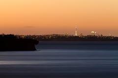 Απόμακρος ορίζοντας citylight του Ώκλαντ NZ μετά από το ηλιοβασίλεμα στοκ εικόνες