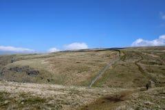 Απόμακρος περιπατητής στο τραχύ μονοπάτι βαλτοτόπου, Cumbria στοκ φωτογραφία