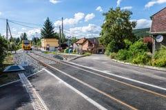 Απόμακρος πυροβολισμός ενός τραίνου που περνά μέσω μιας γειτονιάς στοκ φωτογραφία με δικαίωμα ελεύθερης χρήσης