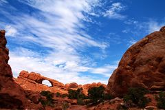 Απόμακρος φυσικός πλαισιώνοντας ουρανός αψίδων που ραβδώνεται με τα σύννεφα στη Γιούτα στοκ φωτογραφία