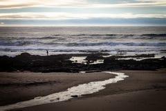 Απόμακρος ψαράς στην παραλία στοκ εικόνες