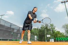 Απόμακρο σχέδιο της παίζοντας αντισφαίρισης ατόμων στο δικαστήριο και το κτύπημα της σφαίρας με μια ρακέτα στοκ εικόνες