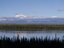 Απόμερη καμπίνα λιμνών στη μεγάλη λίμνη βουνών Στοκ φωτογραφίες με δικαίωμα ελεύθερης χρήσης