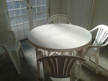 Απόμεροι πίνακας και καρέκλες για να στηριχτεί στοκ φωτογραφίες