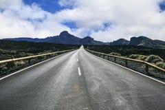 Απόμερος δρόμος μεταξύ των βουνών στοκ φωτογραφία