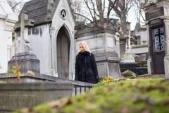 Απόμερος τάφος συγγενών επίσκεψης γυναικών στοκ εικόνες