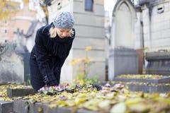 Απόμερος τάφος συγγενών επίσκεψης γυναικών στοκ εικόνα