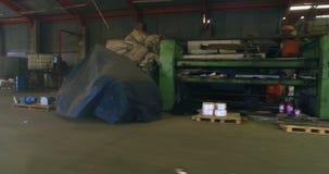 Απόρριμα που κρατά στο scrapyard 4k απόθεμα βίντεο