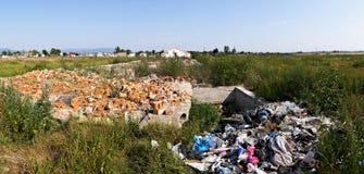 Απόρριψη αποβλήτων πίσω από το villige στη μέση Ευρώπη Στοκ Φωτογραφίες