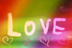 Απόσπασμα αγάπης κειμένων στο ζωηρόχρωμο υπόβαθρο με την ταπετσαρία καρδιών στοκ φωτογραφίες με δικαίωμα ελεύθερης χρήσης