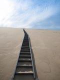 Απότομα σκαλοπάτια που πηγαίνουν πάνω από τον αμμόλοφο άμμου Pyla Στοκ Φωτογραφία