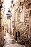 Απότομα σκαλοπάτια και στενή οδός στην παλαιά πόλη Dubrovnik Στοκ Φωτογραφία