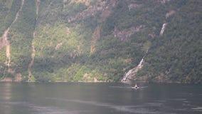 Απότομη ακτή και πτώσεις σε Geirangerfjord Stranda, Νορβηγία απόθεμα βίντεο