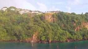 Απότομη ακτή του τροπικού νησιού Kingstown, Άγιος Vincent και Γρεναδίνες φιλμ μικρού μήκους