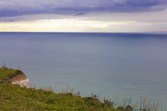 Απότομη χλοώδης ακτή της θάλασσας Στοκ φωτογραφίες με δικαίωμα ελεύθερης χρήσης