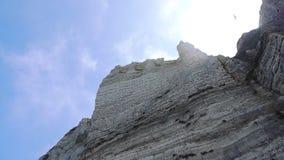 Απότομοι απότομοι βράχοι μπροστά από τον ουρανό απόθεμα βίντεο