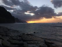 Απότομοι βράχοι ακτών NA Pali κατά τη διάρκεια του ηλιοβασιλέματος Kauai στο νησί, Χαβάη Στοκ φωτογραφία με δικαίωμα ελεύθερης χρήσης