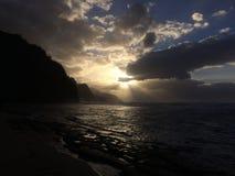 Απότομοι βράχοι ακτών NA Pali κατά τη διάρκεια του ηλιοβασιλέματος Kauai στο νησί, Χαβάη Στοκ εικόνα με δικαίωμα ελεύθερης χρήσης