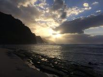 Απότομοι βράχοι ακτών NA Pali κατά τη διάρκεια του ηλιοβασιλέματος Kauai στο νησί, Χαβάη Στοκ Εικόνες