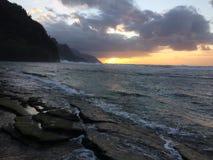 Απότομοι βράχοι ακτών NA Pali κατά τη διάρκεια του ηλιοβασιλέματος Kauai στο νησί, Χαβάη Στοκ φωτογραφίες με δικαίωμα ελεύθερης χρήσης