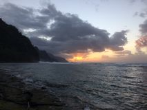 Απότομοι βράχοι ακτών NA Pali κατά τη διάρκεια του ηλιοβασιλέματος Kauai στο νησί, Χαβάη Στοκ Εικόνα