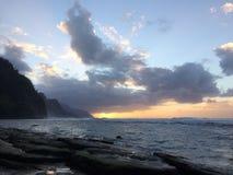 Απότομοι βράχοι ακτών NA Pali κατά τη διάρκεια του ηλιοβασιλέματος Kauai στο νησί, Χαβάη Στοκ Φωτογραφίες