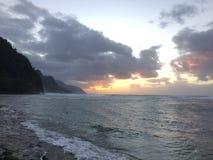Απότομοι βράχοι ακτών NA Pali κατά τη διάρκεια του ηλιοβασιλέματος Kauai στο νησί, Χαβάη Στοκ εικόνες με δικαίωμα ελεύθερης χρήσης