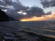 Απότομοι βράχοι ακτών NA Pali κατά τη διάρκεια του ηλιοβασιλέματος Kauai στο νησί, Χαβάη Στοκ Φωτογραφία