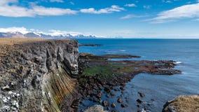 Απότομοι βράχοι βασαλτών σε Arnarstapi Στοκ Φωτογραφία