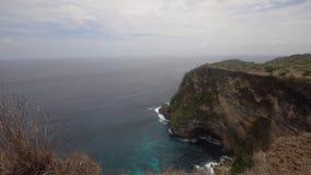 Απότομοι βράχοι, θάλασσα και κύματα σε Nusa Penida, Μπαλί, Ινδονησία Στοκ Φωτογραφίες