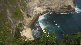 Απότομοι βράχοι, θάλασσα και κύματα σε Nusa Penida, Μπαλί, Ινδονησία Στοκ φωτογραφία με δικαίωμα ελεύθερης χρήσης