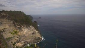 Απότομοι βράχοι, θάλασσα και κύματα σε Nusa Penida, Μπαλί, Ινδονησία Στοκ Εικόνα