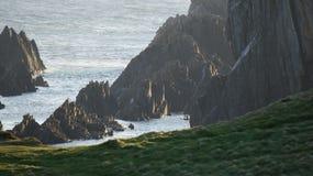 Απότομοι βράχοι θάλασσας κοντά στον κόλπο Breasty στο κεφάλι Malin, κοβάλτιο Donegal, IR Στοκ εικόνα με δικαίωμα ελεύθερης χρήσης