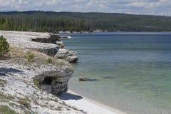 Απότομοι βράχοι λιμνών Yellowstone Στοκ Εικόνα