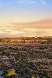 Απότομοι βράχοι και αιολικό πάρκο στη δύσκολη beal παραλία Στοκ Εικόνα