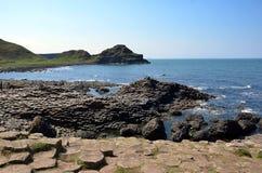 Απότομοι βράχοι και βράχος από τη θάλασσα της βόρειας Ιρλανδίας με το γιγαντιαίο υπερυψωμένο μονοπάτι Στοκ Εικόνες