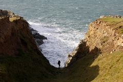 Απότομοι βράχοι και θάλασσα στην παράκτια πορεία Pembrokeshire Στοκ Φωτογραφίες