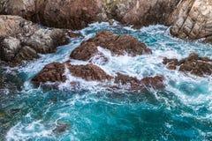 Απότομοι βράχοι και θάλασσα Στοκ φωτογραφία με δικαίωμα ελεύθερης χρήσης