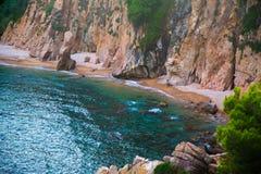 Απότομοι βράχοι και θάλασσα Στοκ εικόνα με δικαίωμα ελεύθερης χρήσης