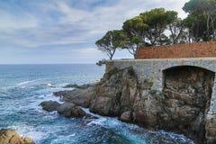 Απότομοι βράχοι και θάλασσα Στοκ Φωτογραφία