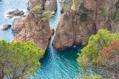 Απότομοι βράχοι και θάλασσα Στοκ φωτογραφίες με δικαίωμα ελεύθερης χρήσης