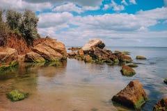 Απότομοι βράχοι και βράχοι κατά μήκος της ακτής Στοκ εικόνα με δικαίωμα ελεύθερης χρήσης