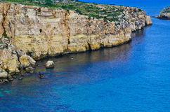 Απότομοι βράχοι και μπλε λιμνοθάλασσα Στοκ εικόνα με δικαίωμα ελεύθερης χρήσης