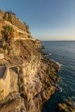 Απότομοι βράχοι και ξενοδοχείο από τον όμορφο περίπατο που συνδέει το Πουέρτο Ρίκο και Amadores Πουέρτο Ρίκο, θλγραν θλθαναρηα στ Στοκ φωτογραφίες με δικαίωμα ελεύθερης χρήσης