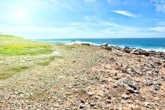Απότομοι βράχοι και βράχοι στην ακτή του Ατλαντικού Ωκεανού σε Sintra σε ένα beau Στοκ Εικόνα